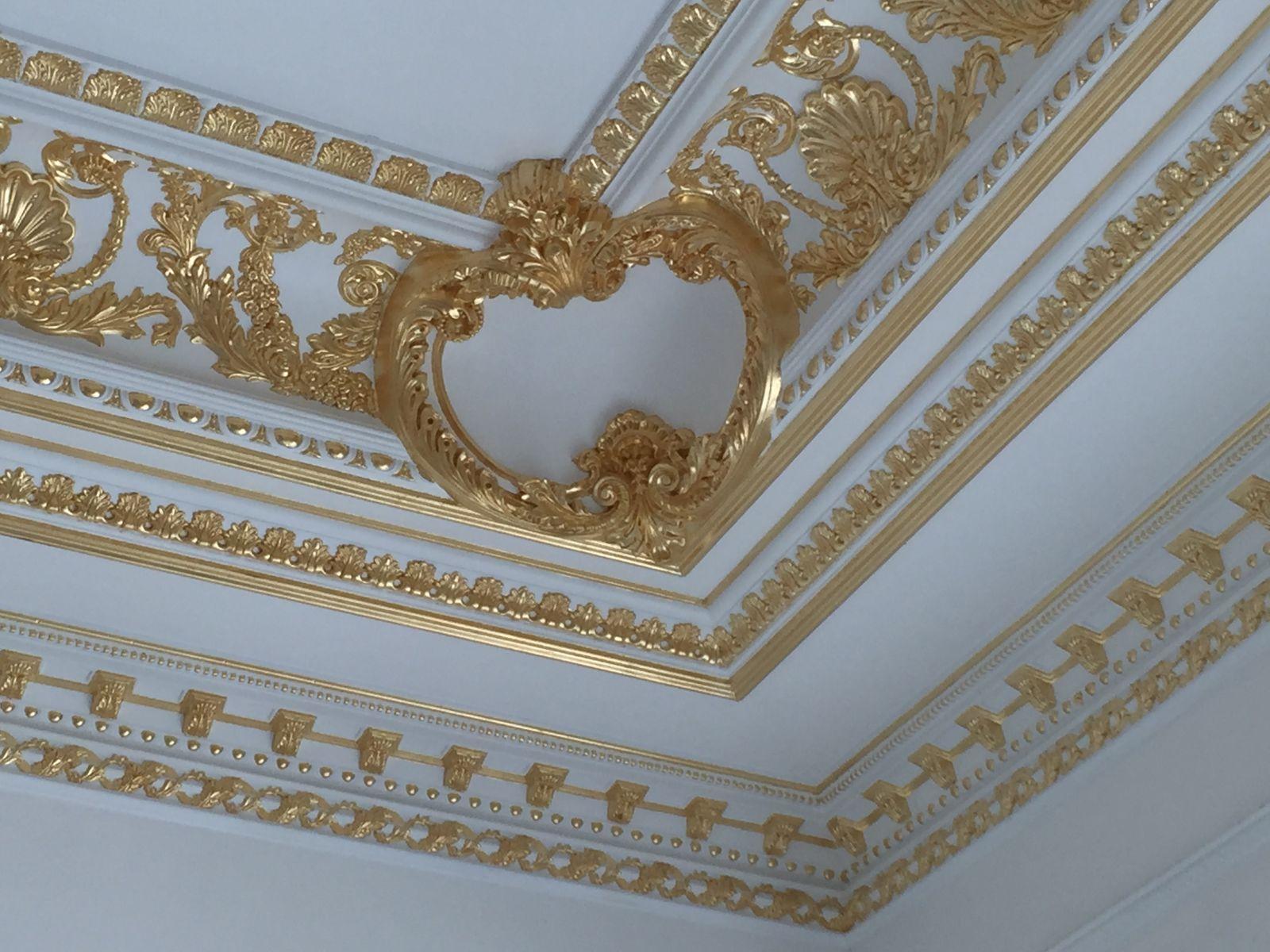 Hình ảnh trang trí trần với phào chỉ thạch cao dát vàng